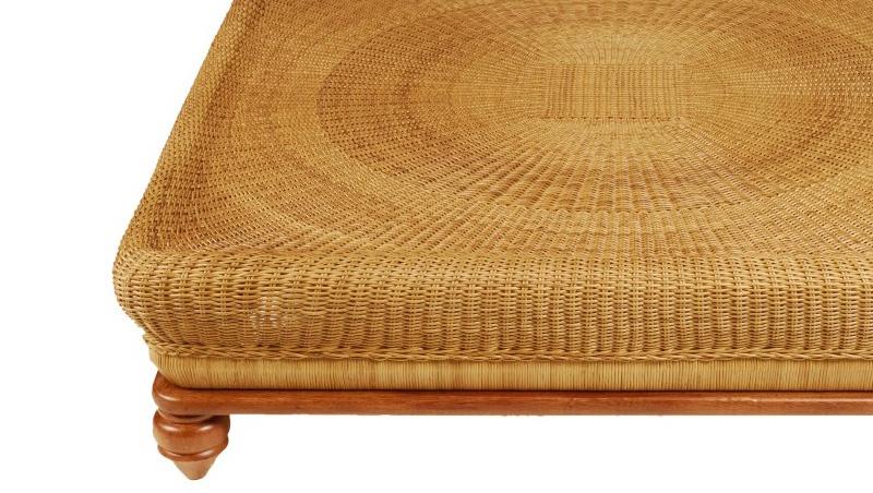 Mesa de centro com estrutura em aço e madeira com acabamento em fibra  natural